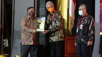 Penghargaan diterima langsung Gubernur Jawa Tengah Ganjar Pranowo yang diserahkan Menteri Riset dan Teknologi Bambang Brodjonegoro di Auditorium BJ Habibie Jalan Thamrin, Jakarta, Selasa (10/11/2020).