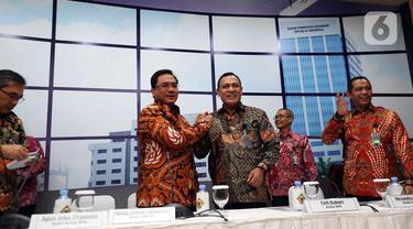 Ketua KPK Firli Bahuri (ketiga kanan) bersalaman dengan Ketua BPK Agung Firman Sampurna usai menggelar pertemuan di Gedung BPK, Jakarta, Selasa (7/1/2020). BPK dan KPK menyepakati kerja sama tindak lanjut hasil pemeriksaan yang berindikasi kerugian negara dan unsur pidana. (Liputan6.com/Johan Tallo)