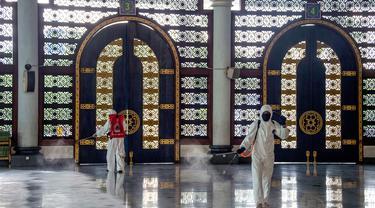 Masjid di Surabaya Disemprot Disinfektan