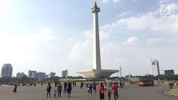 Pengunjung memadati kawasan wisata Monumen Nasional (Monas) di Jakarta, Minggu (17/6). Di H+2 Lebaran, Monas masih menjadi salah satu destinasi wisata bagi warga Ibu Kota dan sekitarnya. (Liputan6.com/Immanuel Antonius)