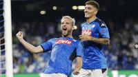 Penyerang Napoli, Dries Mertens, melakukan selebrasi usai membobol gawang Liverpool pada laga Liga Champions di Stadion San Paolo, Selasa (17/9/2019). Napoli menang 2-0 atas Liverpool. (AP/Gregorio Borgia)