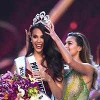 Catriona Gray menerima mahkota Miss Universe 2018. (Lillian SUWANRUMPHA / AFP)