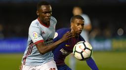Pemain  Celta Vigo, Pione Sisto berebut bola dengan pemain Barcelona, Nelson Semedo pada laga pekan ke-33 La Liga di Estadio de Balaidos, Selasa (17/4). Tampil dengan sepuluh pemain, Barcelona harus puas dengan hasil imbang 2-2. (MIGUEL RIOPA / AFP)