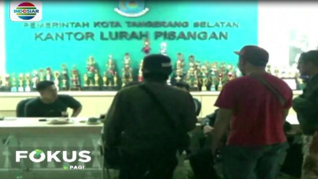 Keluarga para penumpang bus, mereka mendatangi kantor kelurahan, untuk mencari informasi kerabat dan keluarga mereka.