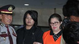 Anggota DPR F-Hanura Dewie Yasin Limpo (tengah) mengenakan baju tahanan usai pemeriksaan di KPK, Jakarta, Kamis (22/10). Dewie resmi ditahan KPK terkait kasus suap proyek Pembangkit Listrik Tenaga Mikrohidro (PLTMH) di Papua. (Liputan6.com/Angga Yuniar)