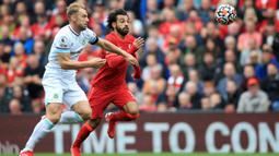 Liverpool semakin percaya diri dan menggencarkan serangan. Gawang Nick Pope kembali terkoyak pada menit ke-24, lewat Mohamed Salah. Sayangnya gol harus dianulir karena Salah terebukti offside dan skor tetap bertahan 1-0 hingga akhir babak pertama. (Foto: AFP/Lindsey Parnaby)