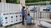 Petugas memasang instalasi Gaslink PGN di Gedung Kementerian BUMN, Jakarta, Senin (9/10). Gaslink merupakan inovasi PGN memperluas pemanfaatan gas bumi ke masyarakat, salah satunya melalui pendistribusian gas tanpa melalui pipa (Liputan6.com/Angga Yuniar)