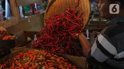 Pedagang memindahkan cabai untuk dijual di Pasar Senen, Jakarta, Selasa (14/1/2020). Pada musim penghujan tahun ini harga berbagai macam cabai di pasar tersebut  meroket dari hanya Rp20 ribu per kilogram naik hampir mencapai Rp80 ribu. (Liputan6.com/Angga Yuniar)