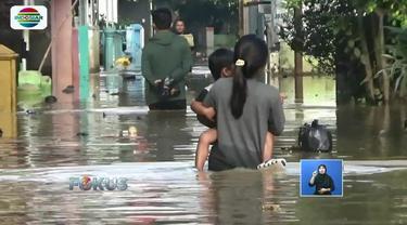 Waspada penyakit saat banjir. Hujan deras mengakibatkan banjir yang merendam permukiman dan jalan di sejumlah daerah.