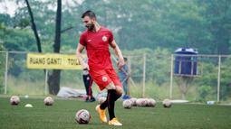 Pemain Persija Jakarta, Marco Motta, mengontrol bola saat mengikuti latihan perdana di Lapangan National Youth Training Centre (NYTC), Depok, Senin (1/3/2021). Sebanyak 23 pemain mengikuti latihan untuk persiapan Piala Menpora 2021. (Dokumentasi Persija)