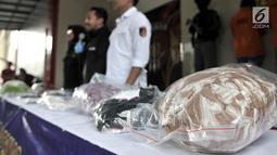 Barang bukti kasus prostitusi online di Apartemen Kalibata City, Jakarta, Minggu (6/5). Praktik prostitusi online berkedok pijat tradisional tersebut dibongkar pada 2 Mei 2018. (Merdeka.com/Iqbal Nugroho)