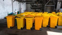Pekerja mendisinfeksi kontainer berisi limbah medis di Wuhan Beihu Yunfeng Environmental Technology Co., Ltd. di Distrik Qingshan, Wuhan, Hubei, China, Rabu (4/3/2020). Perusahaan ini memikul tugas pembuangan limbah medis virus corona (COVID-19) yang berbahaya. (Xinhua/Cai Yang)