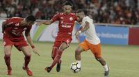 Penyerang Borneo FC, Titus Bonai, berusaha melewati pemain Persija Jakarta pada laga Liga 1 di SUGBK, Jakarta, Sabtu (14/4/2018). Persija unggul 1-0 atas Borneo FC di babak pertama. (Bola.com/M Iqbal Ichsan)