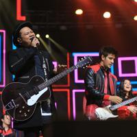 Virgoun dan Anak Langit Band kolaborasi di malam puncak HUT SCTV ke-28. (Foto: Adrian Putra/Bintang.com)