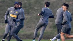 Pemain Inter Milan Belgia Romelu Lukaku (kiri) dan rekan satu timnya berlari saat sesi latihan jelang menghadapi Barcelona pada laga terakhir fase grup Liga Champions di Appiano Gentile, Italia, Senin (9/12/2019). Inter Milan akan menjamu Barcelona di Giuseppe Meazza. (Miguel MEDINA/AFP)