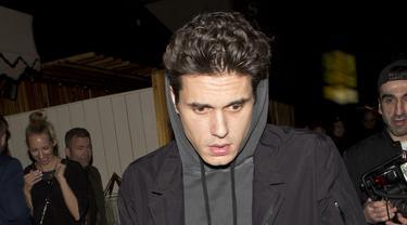 John Mayer memang kerap menampilkan gaya santai baik saat perform maupun saat sedang di luar jadwal manggung. Ia sempat mengatakan bahwa sangat menyukai brand-brand asal Jepang, sneakers, dan robe (sumber: Kapanlagi/splash)