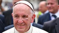 Wajah Paus Fransiskus terlihat mengalami memar di pipi dan alis kirinya seusai sebuah insiden di Cartagena, Kolombia, Minggu (10/9). Luka di wajah Paus Fransiskus sempat mengeluarkan darah dan mengenai jubah putihnya. (Alberto PIZZOLI/AFP)