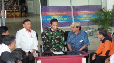 Presiden Jokowi bersama Menko Polhukam Wiranto di Palu.