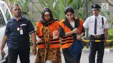 Mantan anggota DPRD Sumut Rahmianna Delima Pulungan (dua kiri) dan Hakim Adhoc Tipikor PN Medan Merry Purba (dua kanan) tiba di Gedung KPK, Jakarta, Kamis (20/9). Keduanya banyak menunduk saat tiba di Gedung KPK. (Merdeka.com/Dwi Narwoko)