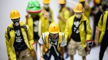 Sejumlah action figure karakter pemrotes pro-demokrasi Hong Kong terpajang di sebuah etalase toko di Hong Kong (14/1/2020). Action figure yang dibuat dengan sangat terperinci ini memiliki skala 1:6. (AFP Photo/Philip Fong)