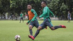 Pemain Timnas Indonesia, Irfan Jaya berusaha melewati Saddil Ramdani saat latihan di Lapangan ABC Senayan, Senin (19/2/2018). Latihan ini merupakan persiapan jelang Asian Games 2018. (Bola.com/Vitalis Yogi Trisna)