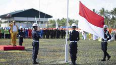 Suasana upacara bendera dalam perayaan HUT ke-74 RI di kilang JOB Pertamina-Medco EP Tomori Sulawesi, Sabtu (17/8/2019). Upacara yang diikuti seluruh karyawan tersebut digelar setiap tahun guna menumbuhkan rasa cinta Tanah Air. (Liputan6.com/Immanuel Antonius)
