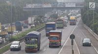 Truk melintas di ruas Jalan Tol Lingkar Luar Jakarta, Jumat (25/5). Guna mengantisipasi kemacetan saat Asian Games, pemerintah akan segera menguji coba pembatasan truk pada Juni 2018 mendatang. (Liputan6.com/Immanuel Antonius)