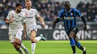 Penyerang Inter Milan, Romelu Lukaku, saat coba melewati kawalan dua pemain Cagliari, Paolo Farago dan Ragnar Klavan, pada laga pekan ke-21 Serie A, di Giuseppe Meazza, Minggu (26/1/2020). (AFP/Miguel Medina)
