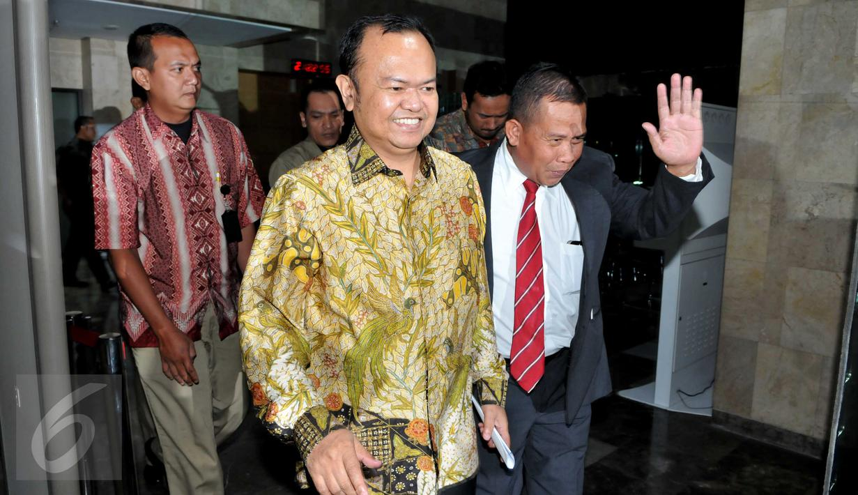Mantan Sekjen Partai Nasdem, Patrice Rio Capella keluar dari Gedung KPK usai menjalani pemeriksaan, Jakarta, Jumat (16/10/2015). Patrice diperiksa selama 12 jam dan memilih bungkam kepada wartawan. (Liputan6.com/Helmi Afandi)