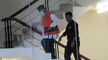 Bupati Bandung Barat Abubakar dikawal petugas menaiki tangga untuk menjalani pemeriksaan di gedung KPK, Jakarta, Selasa (24/4). Abubakar diperiksa perdana pasca penahanan oleh KPK. (Merdeka.com/Dwi Narwoko)