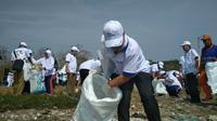 Bersih-bersih sampah plastik di pantai Cirebon bagian dari komitmen Indonesia dan Korea Selatan. Foto (Liputan6.com / Panji Prayitno)