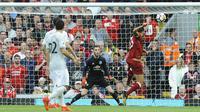 Kiper Manchester United, David de Gea, berusaha mengantisipasi sundulan gelandang Liverpool, Emre Can, pada laga Premier League di Stadion Anfield, Sabtu (14/10/2017). Liverpool bermain imbang 0-0 dengan Manchester United. (AP/Rui Vieira)