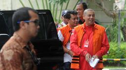 Pejabat Pembuat Komitmen (PPK) Kemenpora Adhi Purnomo dan staf Kemenpora Eko Triyanto tiba di Gedung KPK, Jakarta, Kamis (14/2). Keduanya diperiksa sebagai tersangka terkait dugaan menerima suap dana hibah dari Kemenpora ke KONI. (Merdeka.com/Dwi Narwoko)