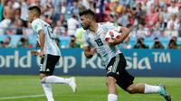 Penyerang Argentina, Sergio Aguero berselebrasi usai mencetak gol ke gawang Prancis pada babak 16 besar Piala Dunia di Kazan Arena di Kazan, Rusia, (30/6). Prancis menang tipis 4-3 atas Argentina. (AP Photo/Ricardo Mazalan)