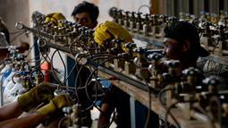 Aktivitas pekerja di tempat pengisian ulang tabung oksigen (o2)di Banda Aceh, Selasa (24/9/2019). Menurut pemilik usaha, permintaan tabung oksigen untuk kebutuhan medis mengalami peningkatan sehubungan menebalnya kabut asap di sejumlah daerah di Provinsi Aceh. (CHAIDEER MAHYUDDIN / AFP)