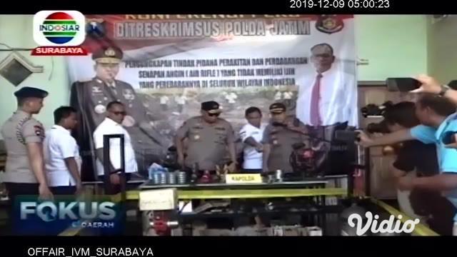 Ditreskrimsus Polda Jawa Timur, menggerebek sebuah gudang perakitan dan penjualan senjata airsoft gun dan airgun ilegal di Kabupaten Lumajang. Polisi menyita sedikitnya 40 senjata, 62 pak peluru dan sejumlah alat yang digunakan untuk perakitan senjat...