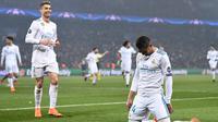 Gelandang Real Madrid Casemiro melakukan selebrasi usai mencetak gol kedua untuk timnya saat melawan PSG dalam pertandingan Liga Champions leg kedua di stadion Parc des Princes di Paris (6/3). (AFP / Franck Fife)