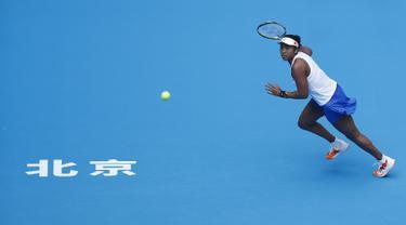 Petenis Jepang, Naomi Osaka berusaha mengembalikan bola pukulan Alison Riske dari Amerika Serikat pada putaran ketiga pertandingan tunggal putri kejuaraan tenis China Terbuka 2019 di National Tennis Center, Beijing, China, Kamis (3/10/2019). Naomi menang dengan skor 6-4, 6-0. (AP Photo/Andy Wong)