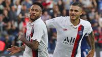 Striker PSG, Neymar, melakukan selebrasi bersama Mauro Icardi usai membobol gawang Strasbourg pada laga Liga 1 Prancis di Stadion Parc des Princes, Sabtu (14/9). PSG menang 1-0 atas Strasbourg. (AP/Francois Mori)