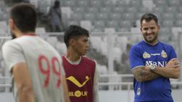 Pelatih Bhayangkara FC, Simon McMenemy, tampak rileks saat latihan di Stadion Utama Gelora Bung Karno, Jakarta, Jumat (26/1/2018). Latihan ini persiapan jelang laga J.League Asia Challenge melawan FC Tokyo. (Bola.com/Asprilla Dwi Adha)