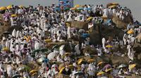 Ribuan umat muslim berkumpul di Bukit Jabal Rahmah saat mereka tiba di Arafah, sebelah tenggara dari kota suci Mekah Saudi, (20/8). Puncak ibadah haji ditandai dengan pelaksanaan wukuf di Arafah. (AFP Photo / Ahmad Al-Rubaye)