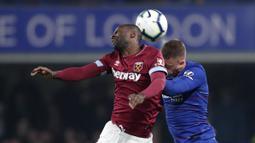 Gelandang Chelsea, Ross Barkley, berebut bola dengan pemain West Ham United, Pedro Obiang, pada laga Premier League 2019 di Stadion Stamford Bridge, Selasa (9/4). Chelsea menang 2-0 atas West Ham United. (AP/Alastair Grant)
