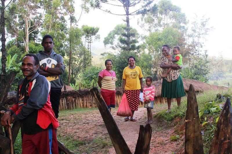 Di antar oleh penduduk setempat setelah menginap di honai. (Foto: Liputan6.com/Fitri Haryanti Harsono)