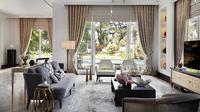 Ruang tamu mewah bergaya kontemporer dengan gorden besar, karya HelloEmbryo. (dok.Arsitag.com/Dinny Mutiah)