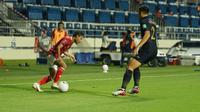 Kapten Timnas Indonesia, Evan Dimas Darmono, tengah berusaha melewati pertahanan Thailand dalam laga Grup G Kualifikasi Piala Dunia 2022 zona Asia yang digelar di Al Maktoum Stadium, Dubai, Uni Emirat Arab, Jumat (4/6/2021) dini hari WIB. (Dok. PSSI)