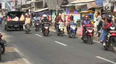 Hari kedua lebaran, pemudik masih melintas di jalur arteri Karawang, Jawa Barat. Hal ini membuat arus lalu lintas padat, ditambah jumlah kendaraan roda dua yang mencapai ratusan. Selain masih melakukan mudik mereka juga menuju tempat wisata.