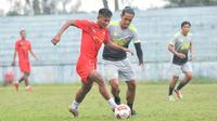 Striker Bhayangkara FC, Nur Hardianto saat main dalam fun game melawan Hanif Sjahbandi dkk di Kota Batu. (Iwan Setiawan/Bola.com)
