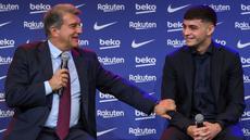 Barcelona resmi memperpanjang kontrak pemain muda berbakatnya yang baru berumur 18 tahun, Pedri. Presiden Barcelona Joan Laporta bisa tersenyum manis  akhirnya Pedri bisa diamankan dari godaan klub lain. (AFP/Lluis Gene)