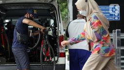 Pekerja menurunkan sepeda jenis Road Bike di lobby Gedung KPK, Jakarta, Jumat (19/3/2021). KPK menerima 13 unit sepeda dari pihak yang mewakili tersangka suap perizinan pengelolaan komoditas perairan tahun 2020, Syafri, Staf Khusus mantan Menteri KKP, Edhy Prabowo. (Liputan6.com/Helmi Fithriansyah)