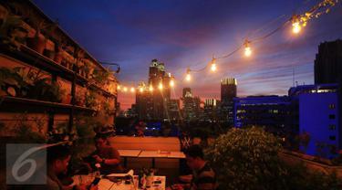 Sejumlah warga menikmati pemandangan saat senja di Jakarta, Rabu (23/12/2015). Langit Jakarta membiaskan cahaya matahari diantara gumpalan awan menjadikannya pemandangan yang sangat indah. (Liputan6.com/Angga Yuniar)